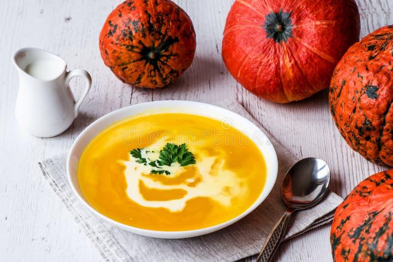 Sopa da abóbora com creme e salsa Alimento do vegetariano fotos de stock