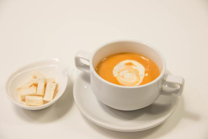 Sopa da abóbora com creme no copo branco foto de stock