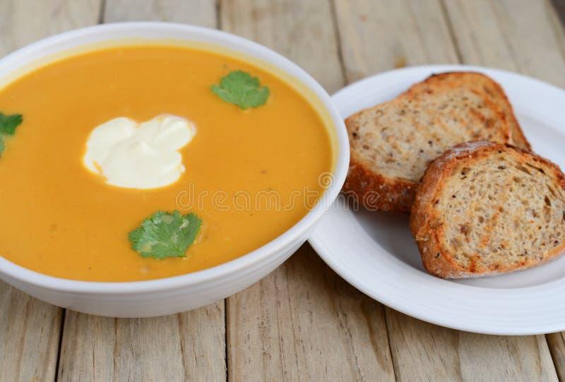 Sopa da abóbora com pão fotografia de stock royalty free