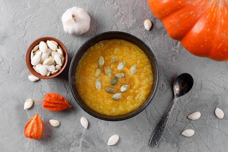 Sopa da abóbora e abóboras orgânicas Alimento sazonal do outono - sopa picante da abóbora com pão torrado imagens de stock royalty free