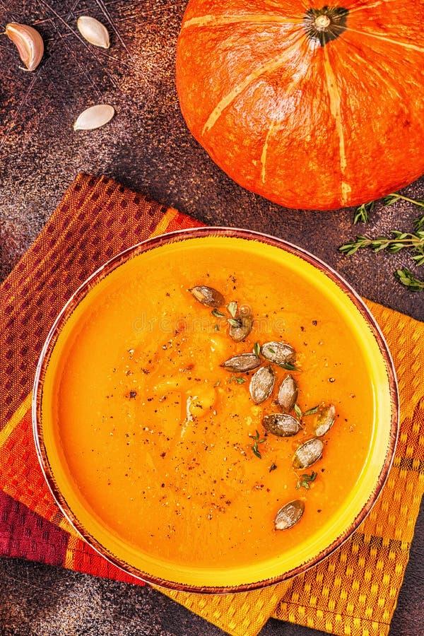 Sopa da abóbora e da cenoura servida com sementes imagem de stock royalty free