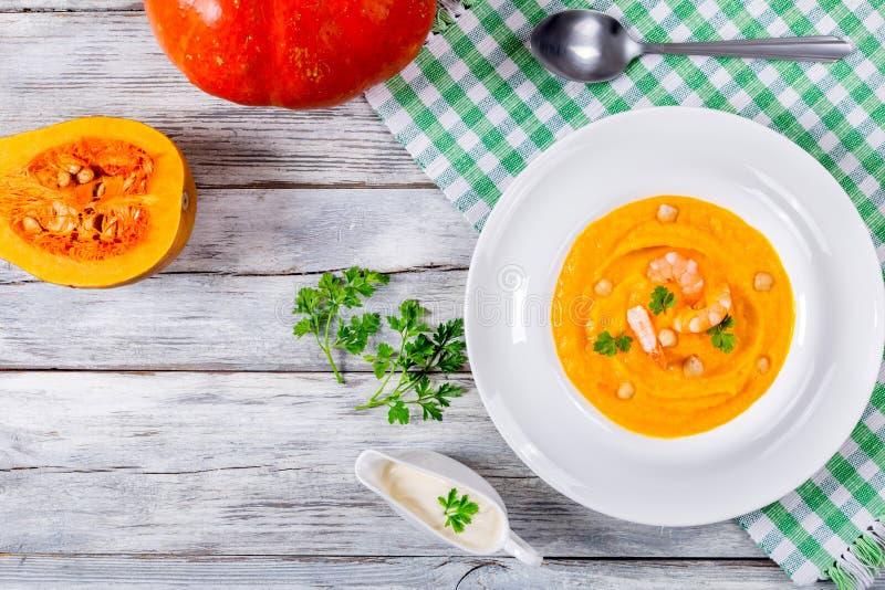 Sopa da abóbora e do camarão, sementes e creme fresco, vista superior fotos de stock