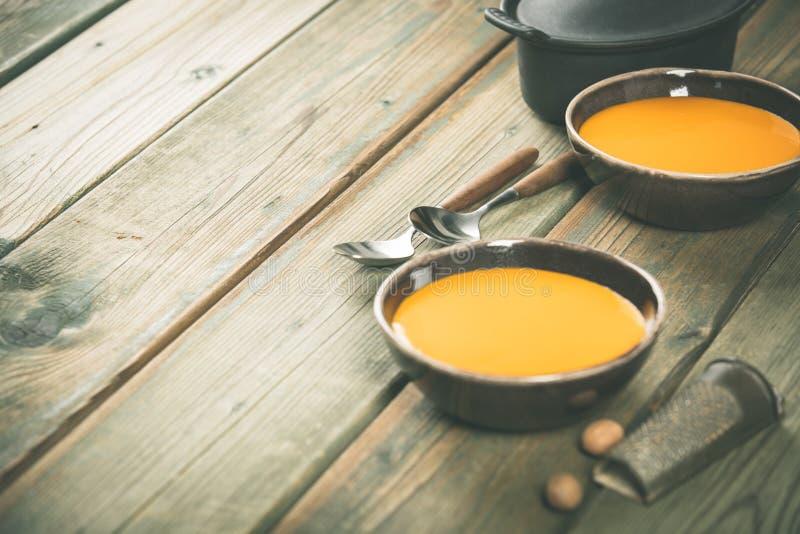 Sopa da abóbora na tabela de madeira, conceito acolhedor do alimento imagem de stock royalty free