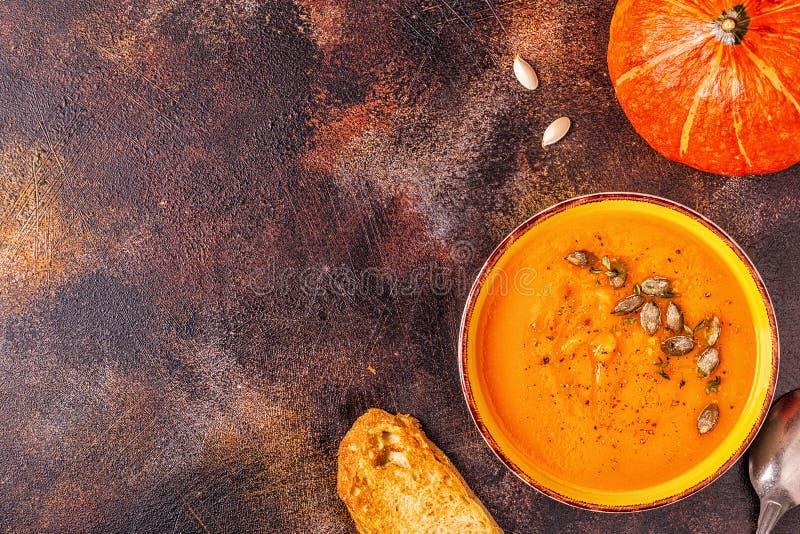 Sopa da ab?bora e da cenoura servida com sementes fotografia de stock