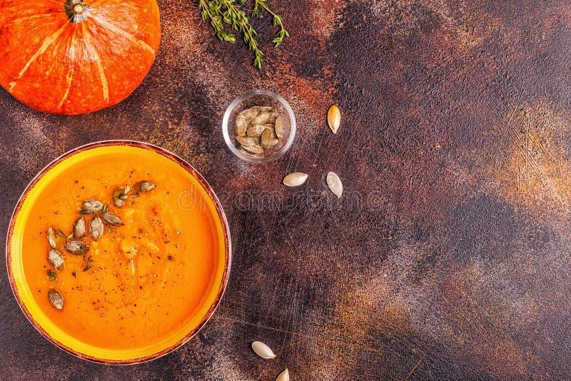 Sopa da ab?bora e da cenoura servida com sementes foto de stock royalty free
