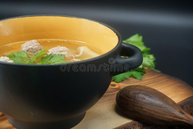 Sopa da almôndega da galinha na placa de corte imagens de stock