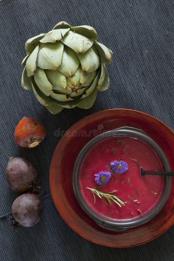 Sopa da beterraba com alcachofra fotografia de stock royalty free