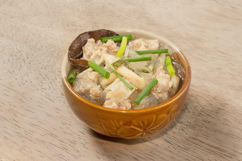 Sopa da carne de carne de porco com o macarronete nas mesas de madeira fotografia de stock