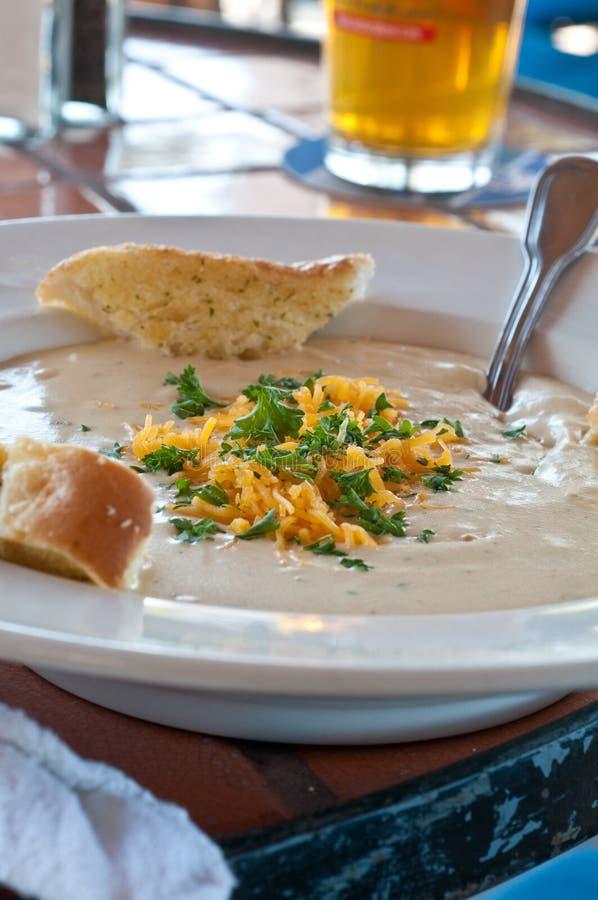 sopa da cerveja e do queijo fotografia de stock royalty free