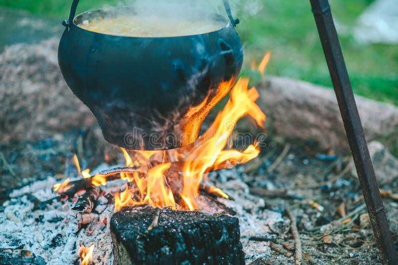 Sopa da couve em uma fogueira fotografia de stock