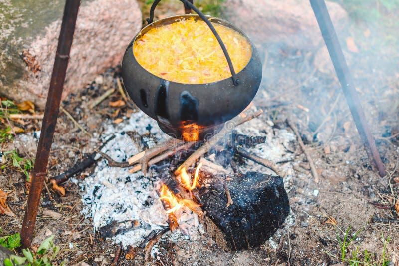 Sopa da couve em uma fogueira fotos de stock royalty free