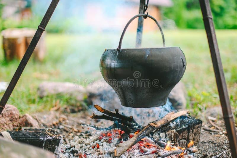 Sopa da couve em uma fogueira imagens de stock
