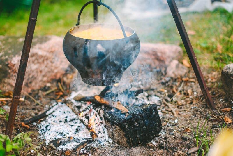 Sopa da couve em uma fogueira foto de stock royalty free