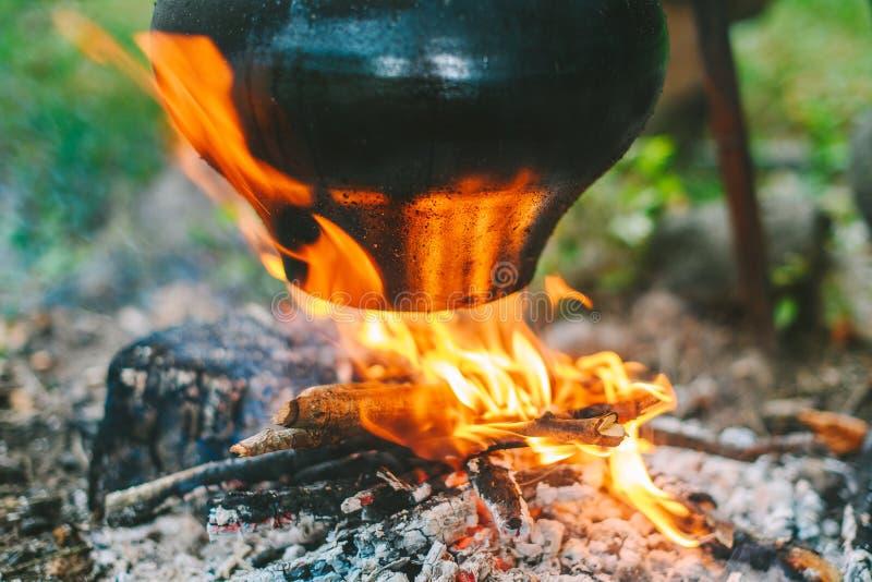 Sopa da couve em uma fogueira fotos de stock