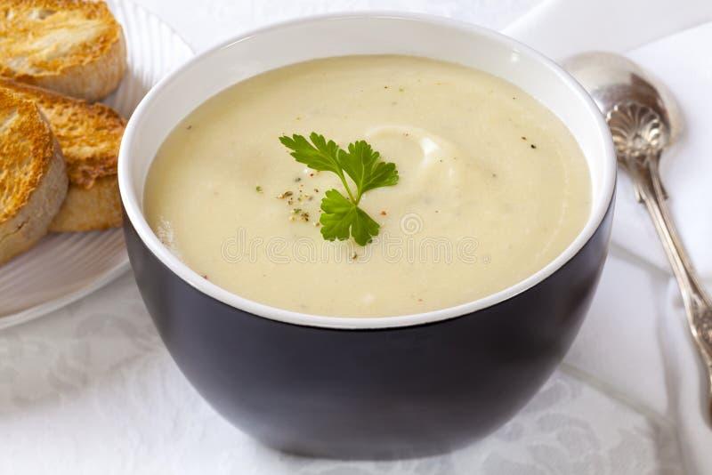 Sopa da couve-flor e de batata foto de stock