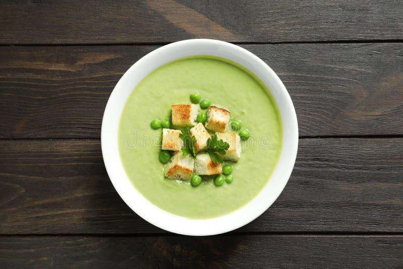 Sopa da desintoxicação do legume fresco feita de ervilhas verdes fotografia de stock