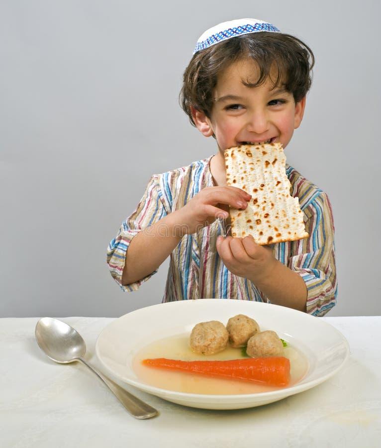 Sopa da esfera de matzo do menino foto de stock royalty free