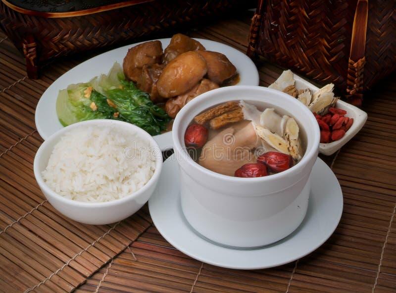 Sopa da galinha e da erva no alimento de Ásia do potenciômetro foto de stock