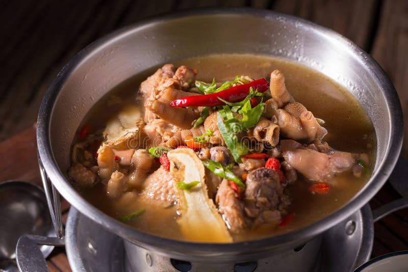 Sopa da galinha e da erva no potenciômetro foto de stock royalty free