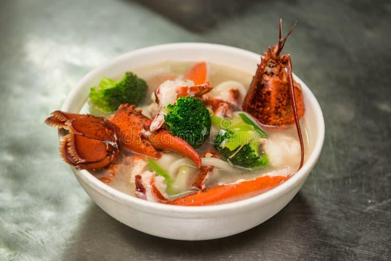 Sopa da lagosta com vegetais e macarronetes fotografia de stock