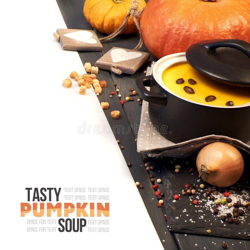 A sopa da nata da abóbora serviu com sementes de abóbora, composição de canto fotos de stock