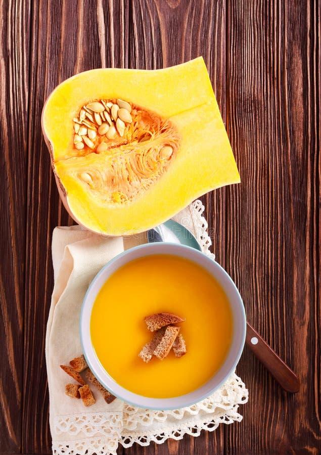 Sopa da polpa de Butternut com pão torrado imagens de stock