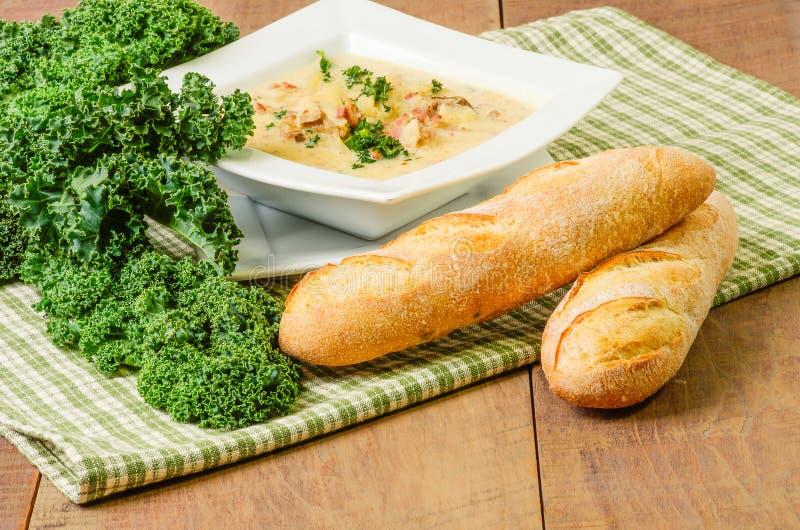 Sopa da salsicha da batata com couve fotografia de stock royalty free