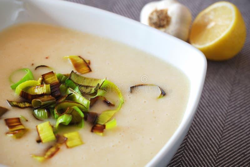 Sopa de batata cremosa com detalhe fritado do alho-porro foto de stock royalty free