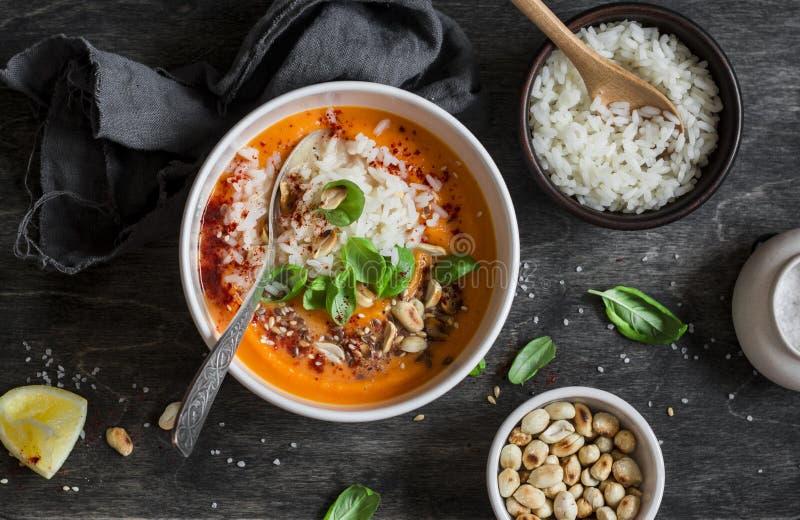 Sopa de batata doce da cenoura com arroz na tabela escura, vista superior imagens de stock royalty free