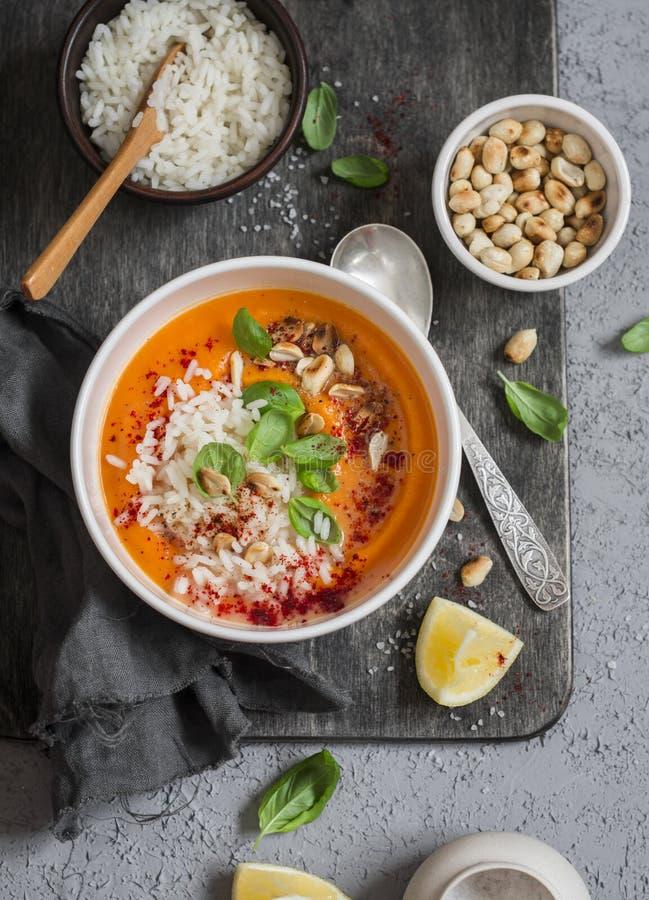 Sopa de batata doce tailandesa da cenoura com arroz na tabela escura, vista superior fotos de stock