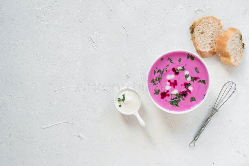 Sopa de beterrabas Sopa de beterrabas da desintoxicação da mola Conceito do alimento saudável comer ou de vegetariano Opinião do  foto de stock