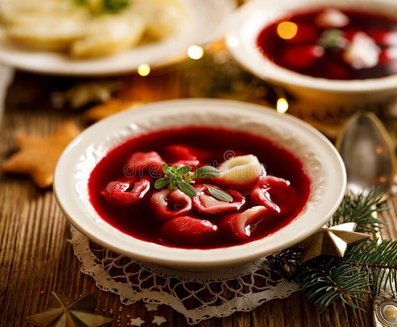 Sopa de beterrabas do Natal, borscht com as bolinhas de massa pequenas com o cogumelo que enche-se em uma bacia cerâmica em uma t foto de stock