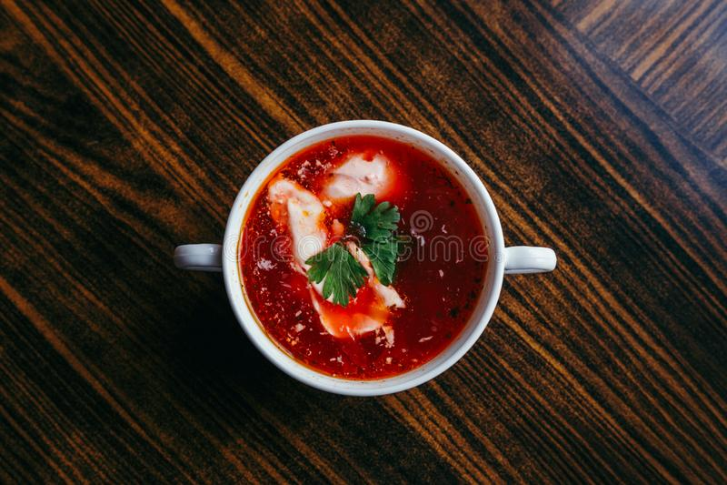 Sopa de beterrabas do Natal, borscht com as bolinhas de massa pequenas com o cogumelo que enche-se em uma bacia cerâmica em uma t imagem de stock royalty free