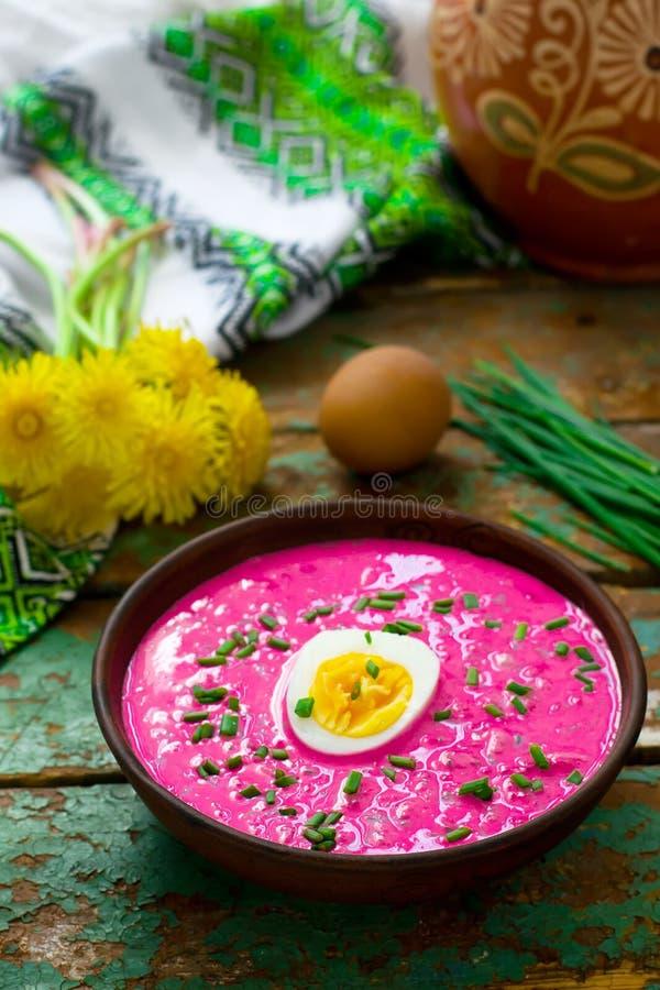 A sopa de beterrabas fria lituana imagem de stock