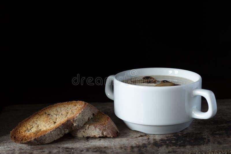 Sopa de champiñones cremosa con la rebanada de pan fotografía de archivo