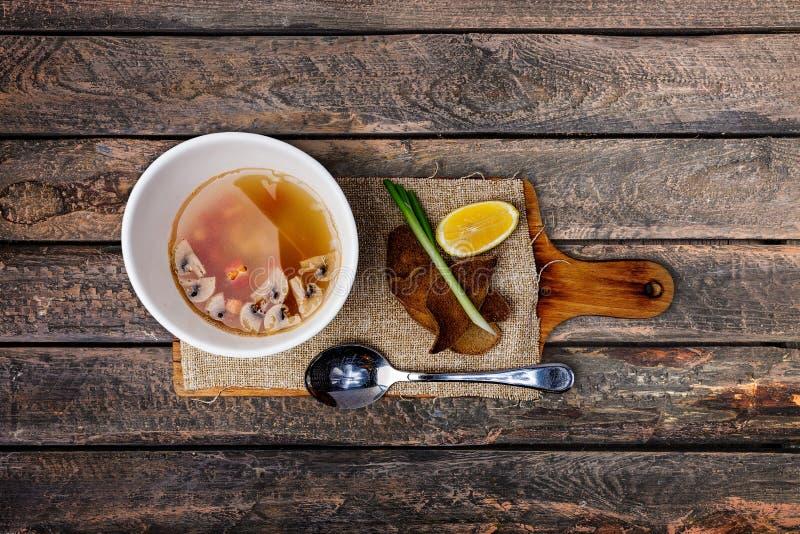 Sopa de champiñones en cuenco de cerámica fotos de archivo