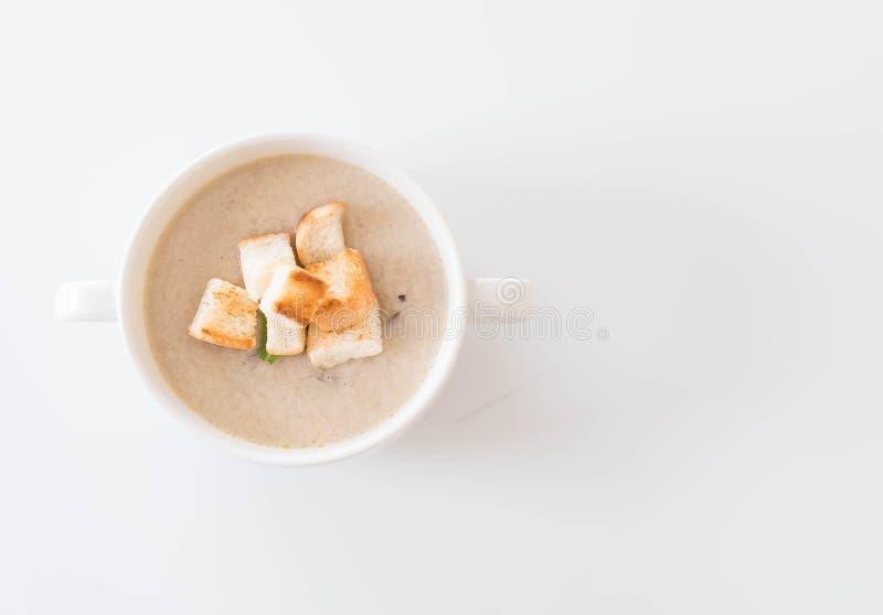 Sopa de champiñones y pan en la taza de cerámica blanca fotos de archivo