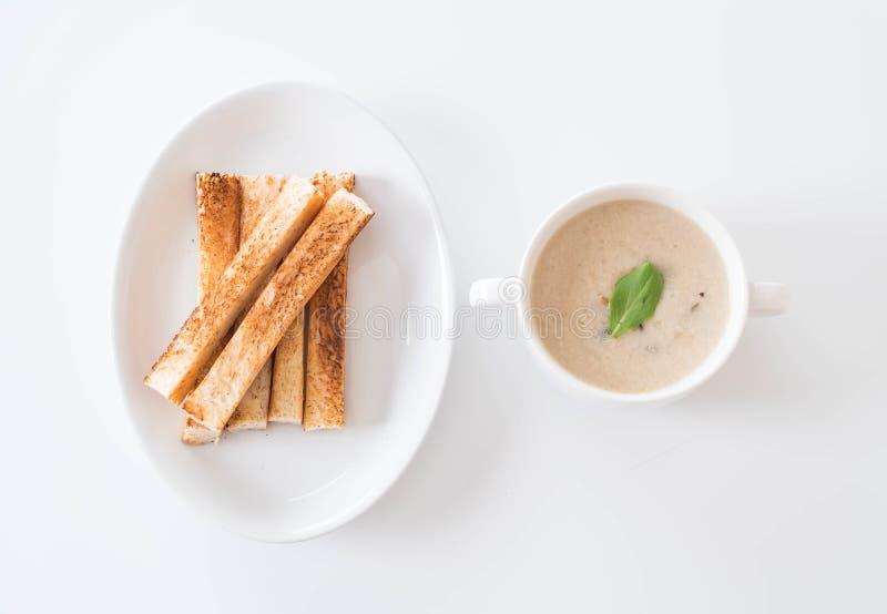 Sopa de champiñones y pan en la taza de cerámica blanca imagenes de archivo