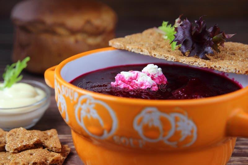 Sopa de creme das beterrabas com requeijão caseiro foto de stock royalty free