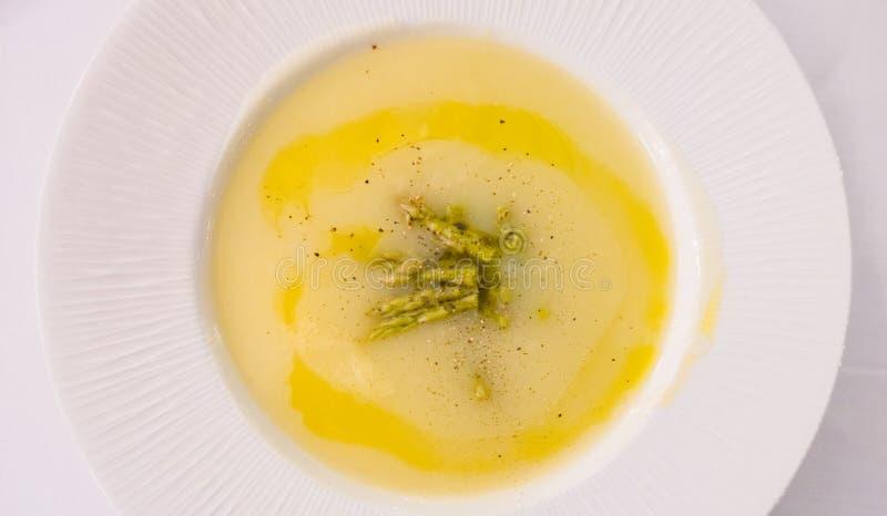 Sopa de creme do aspargo imagens de stock