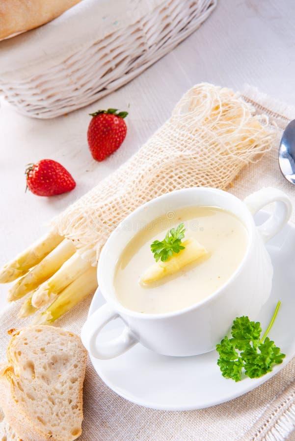 Sopa de creme do aspargo com alcaparras e o baguette fresco imagens de stock royalty free
