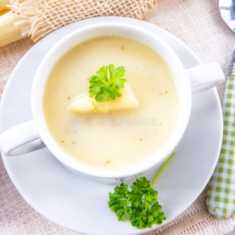 Sopa de creme do aspargo com alcaparras e o baguette fresco fotos de stock royalty free