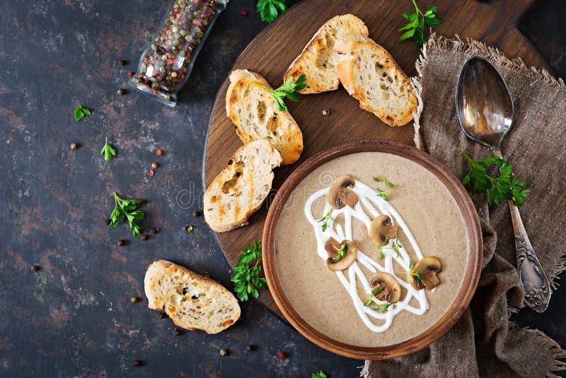 Sopa de creme do cogumelo Alimento do vegetariano Menu dietético Vista superior foto de stock
