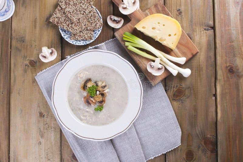 sopa de creme do cogumelo na placa de madeira branca Vista superior Configuração lisa espaço cipy foto de stock