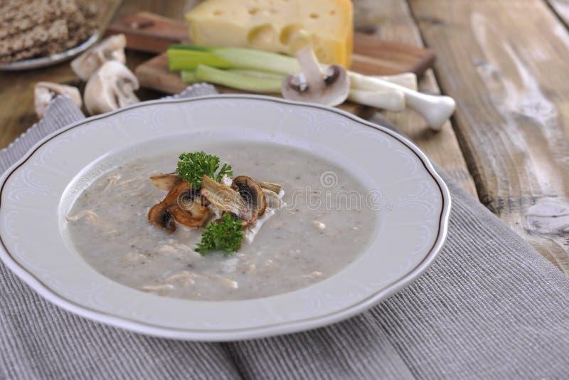 sopa de creme do cogumelo na placa de madeira branca Vista superior espaço cipy foto de stock royalty free