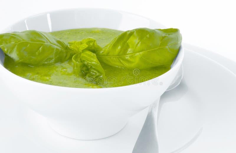 Sopa de creme dos brócolis no fundo branco imagem de stock