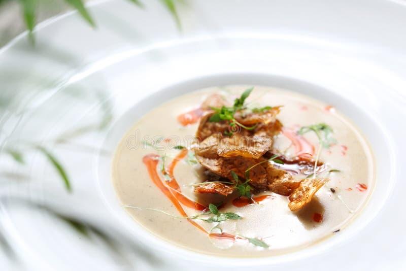 Sopa de creme feita de batatas cozidas com batatas cozidas foto de stock