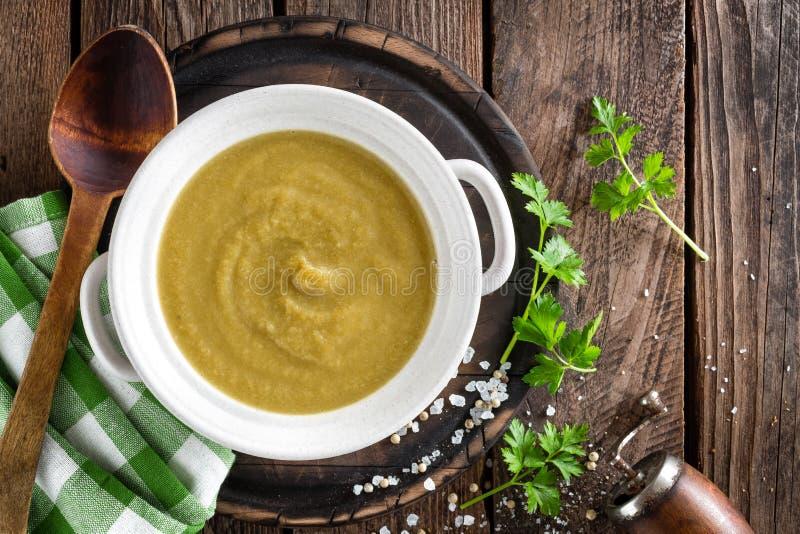 Sopa de creme vegetal, puré na tabela rústica de madeira fotos de stock