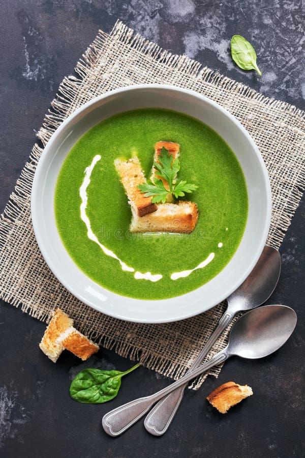 Sopa de creme verde com espinafres e pão torrado Sopa vegetal dietética A vista de cima de, configuração lisa imagem de stock royalty free