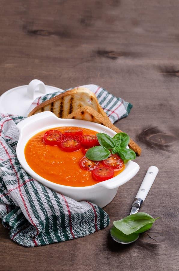 Sopa de creme vermelha vegetal caseiro imagens de stock royalty free